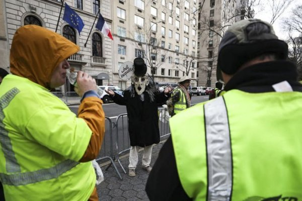 """New York'taki Fransa Başkonsolosluğu önünde """"sarı yelekliler"""" protestosu"""