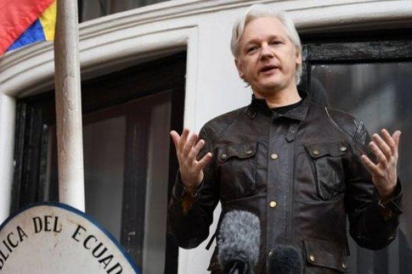 WikiLeaks'in kurucusu Londra'da çıkarıldığı mahkemece tutuklandı