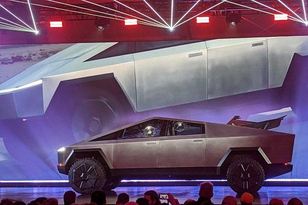 Tesla'nın zırhlı aracının camları tanıtımda kırıldı
