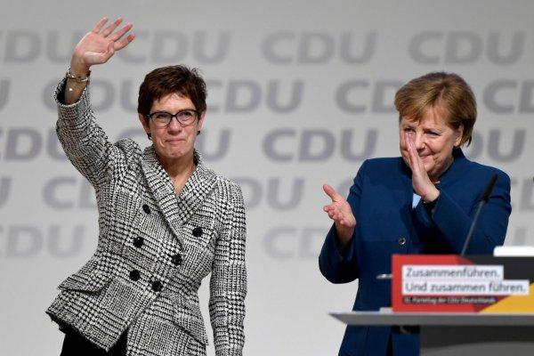 Almanya'da Merkel'in halefi istifa etti