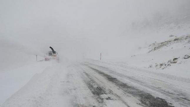 Antalya'da kar yol kapattı