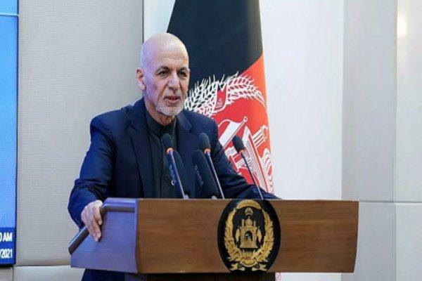 Afganistan'dan kaçan cumhurbaşkanı halkından özür diledi