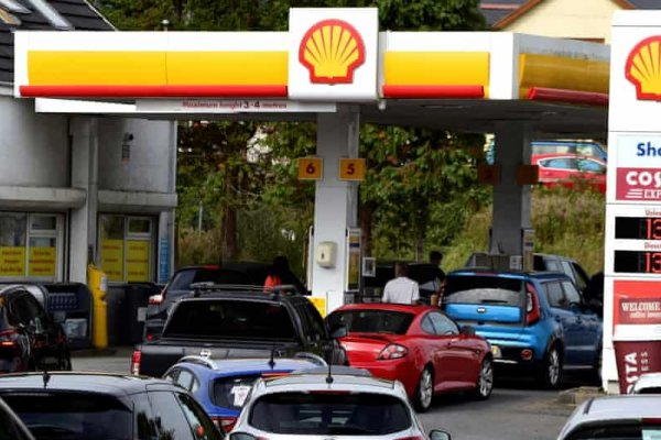İngiltere'de kriz: Benzin istasyonlarında uzun kuyruklar oluştu