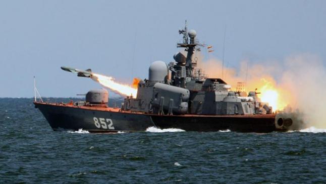 İran, ABD gemilerine füze fırlattı