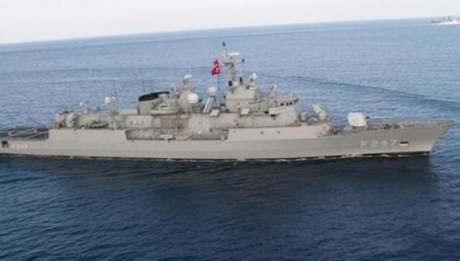 Savaş gemileri boğazda yan yana