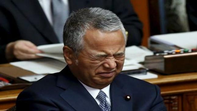 Maliye Bakanı ağlayarak istifa etti