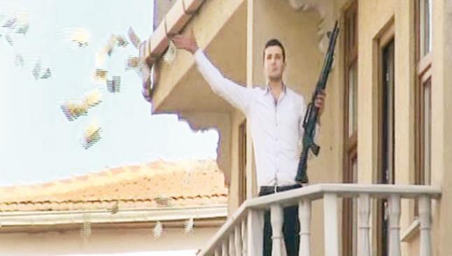 Silahlı soyguncu Kumkapı'da para saçtı