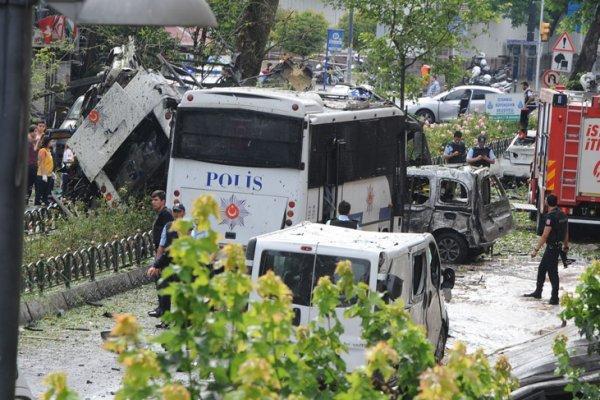 Vezneciler'de polis aracına bombalı saldırı