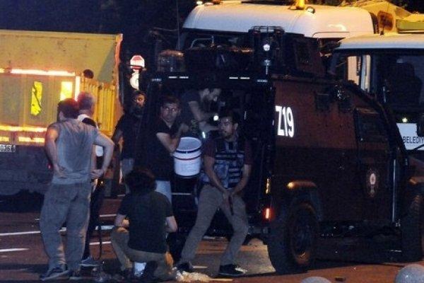 İBB önünde asker ve polis arasında çatışma