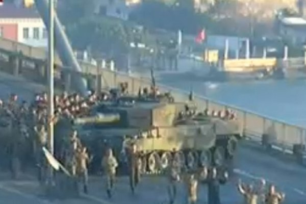 Boğaziçi Köprüsü'ndeki askerler teslim oluyor