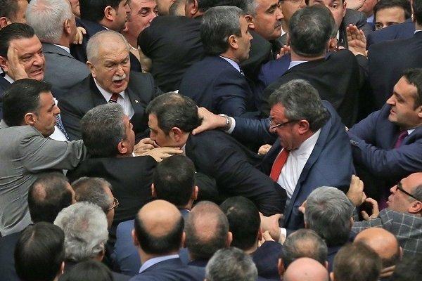 Meclis'te tekme-tokat kavga, oturuma ara verildi