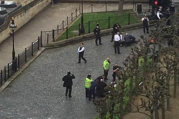 İngiltere Parlamentosu'nun yakınında silahlı saldırı