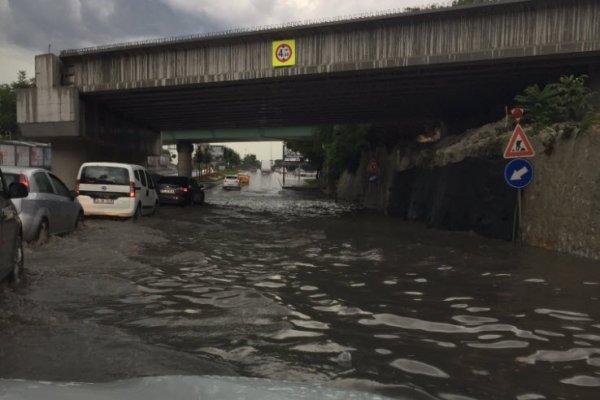 Temmuz ortasında İstanbul karardı, birçok yeri sel bastı!