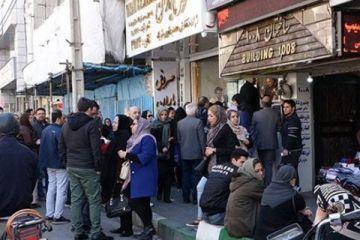 Paraları değer kaybeden İranlılar döviz bürolarına koşuyor