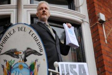 Assange'dan balkonda zafer konuşması