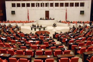 AKP'de Erdoğan, CHP'de Loğoğlu'na protesto
