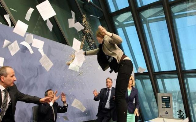 Draghi'ye konfetili protesto
